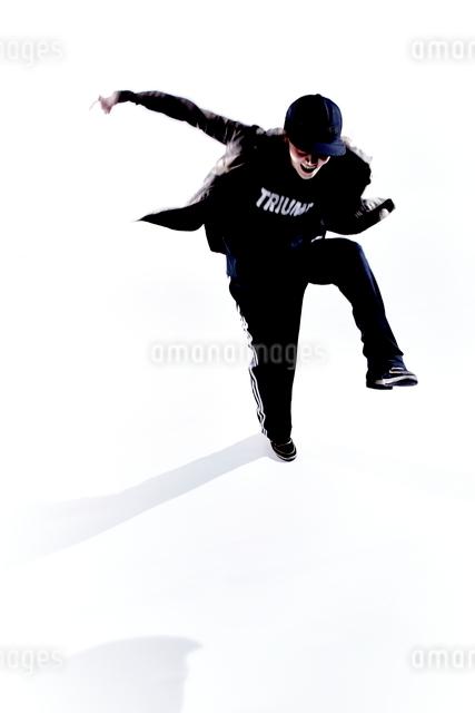 ダンスをする女性のシルエットの写真素材 [FYI01637393]