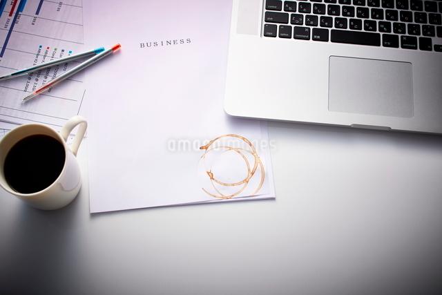 書類とコーヒーの染みの写真素材 [FYI01637422]