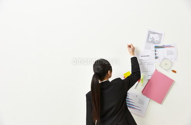 ペンを持つビジネスウーマンと書類の写真素材 [FYI01637424]
