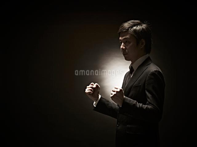 ガッツポーズのビジネスマンの写真素材 [FYI01637438]