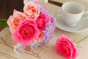 バラとスカビオサのプチブーケの写真素材 [FYI01637441]