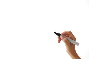 ペンで書き込む女性の写真素材 [FYI01637454]