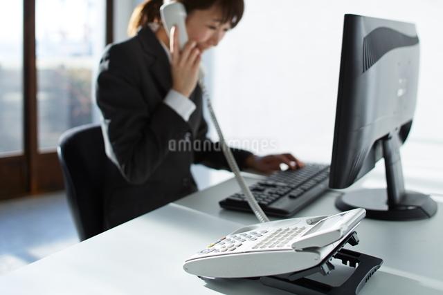 電話をする女性の写真素材 [FYI01637462]