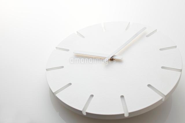 白い時計の文字盤の写真素材 [FYI01637463]