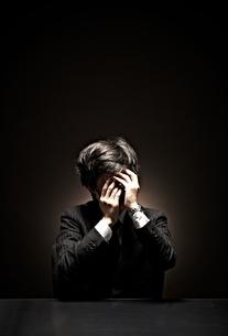 悩むビジネスマンの写真素材 [FYI01637475]