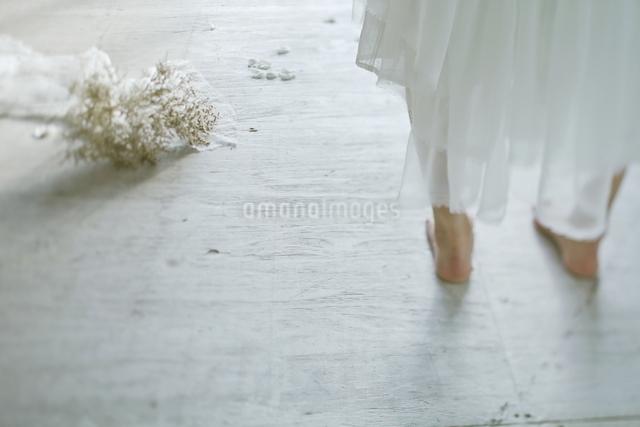 裸足の新婦とブーケの写真素材 [FYI01637477]