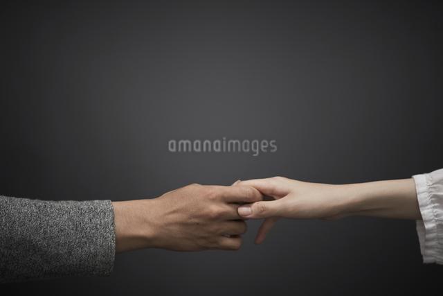 手を離したくない男と女の写真素材 [FYI01637504]