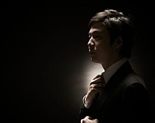 ネクタイをしめるビジネスマンの写真素材 [FYI01637507]