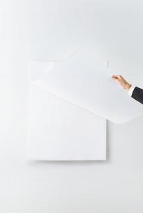 カレンダーをめくるビジネスウーマンの写真素材 [FYI01637515]