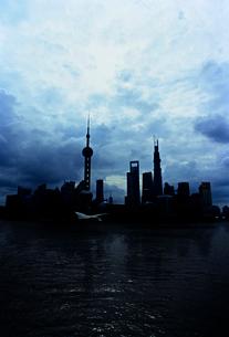 上海東方明珠電視塔のシルエットの写真素材 [FYI01637520]