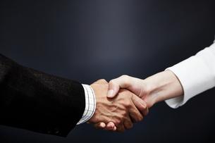 握手するビジネスマンとビジネスウーマンの写真素材 [FYI01637523]