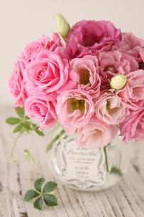 ピンクのバラとトルコギキョウの写真素材 [FYI01637527]