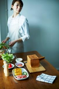 サンドイッチを作る女性の写真素材 [FYI01637529]