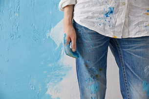 DIYをする女性の写真素材 [FYI01637531]