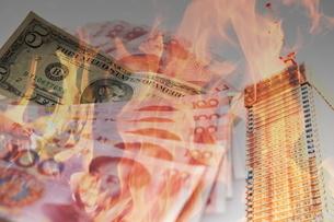 燃える世界と紙幣の写真素材 [FYI01637544]