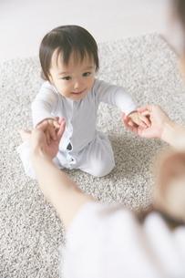 母親と手をつなぐ赤ちゃんの写真素材 [FYI01637566]