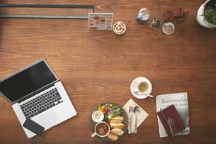 カフェで食事をする人のテーブルトップの写真素材 [FYI01637585]