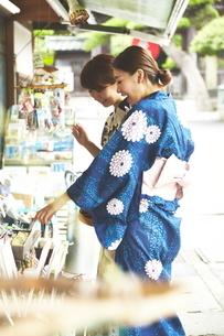 仲店で買い物する2人の写真素材 [FYI01637607]