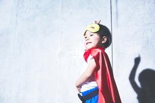 ちびっこスーパーマンの決めポーズの写真素材 [FYI01637609]
