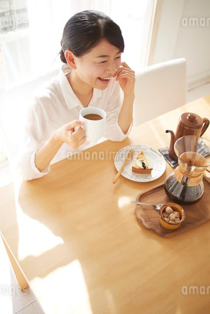 会話をしながらコーヒーを飲んでいるの写真素材 [FYI01637610]