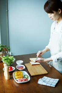 サンドイッチを作る女性の写真素材 [FYI01637612]