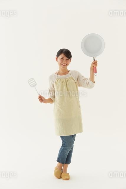 フライパンを持つ主婦の写真素材 [FYI01637653]
