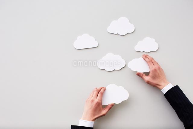 雲を触る手の写真素材 [FYI01637655]