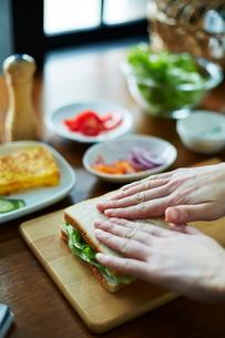サンドイッチを作る女性の写真素材 [FYI01637714]