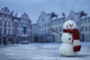 古き良き街並みと雪だるまの写真素材 [FYI01637715]