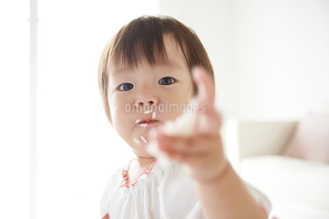 白米を食べている赤ちゃんの写真素材 [FYI01637720]