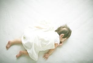 お昼寝中の赤ちゃんの写真素材 [FYI01637725]