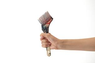 使い込んだブラシを握る女性の手の写真素材 [FYI01637743]