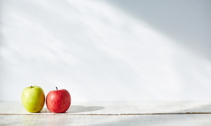 並ぶ2つのりんごの写真素材 [FYI01637748]