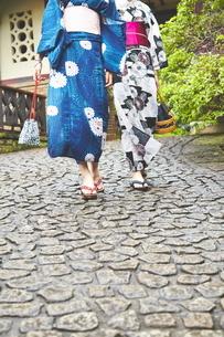 石畳を歩く女性二人の写真素材 [FYI01637760]