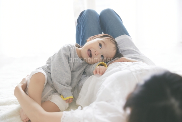 母親に抱きついている赤ちゃんの写真素材 [FYI01637771]