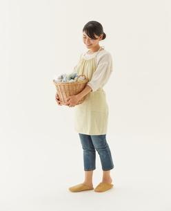 洗濯物を持つ主婦の写真素材 [FYI01637782]