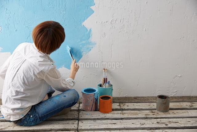 DIYをする女性の写真素材 [FYI01637785]
