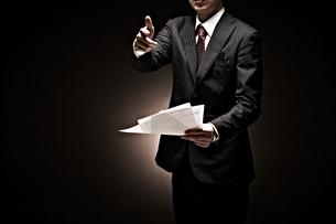 説明をするビジネスマンの写真素材 [FYI01637787]