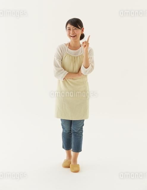 腕組みする主婦の写真素材 [FYI01637793]