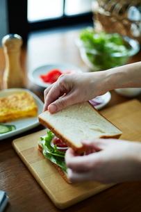 サンドイッチを作る女性の写真素材 [FYI01637816]