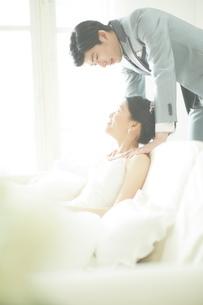 幸せな新郎新婦の写真素材 [FYI01637820]