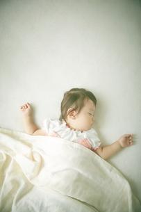 お昼寝中の赤ちゃんの写真素材 [FYI01637844]