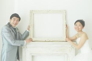 幸せな新郎新婦の写真素材 [FYI01637845]