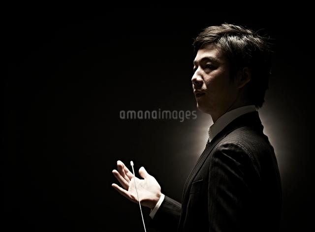 両手を広げるビジネスマンの写真素材 [FYI01637857]