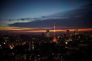 東京のビル群の夜景の写真素材 [FYI01637865]