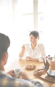 男性とコーヒーを飲みながら会話している女性の写真素材 [FYI01637893]