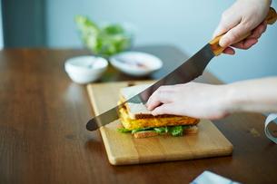 サンドイッチを作る女性の写真素材 [FYI01637898]