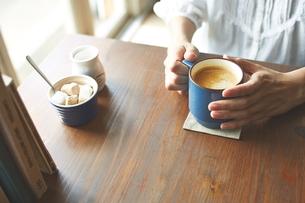 カフェでコーヒーを飲む女性の写真素材 [FYI01637905]