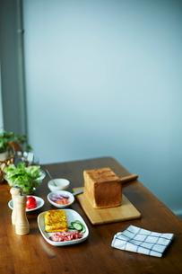 サンドイッチを作る準備の写真素材 [FYI01637910]