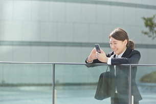 良い知らせがきて喜ぶ働く女性の写真素材 [FYI01637920]
